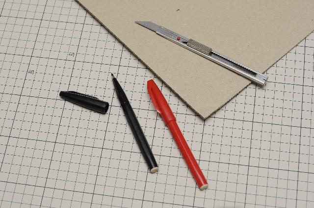 厚紙・ペン・サシ・カッターを用意