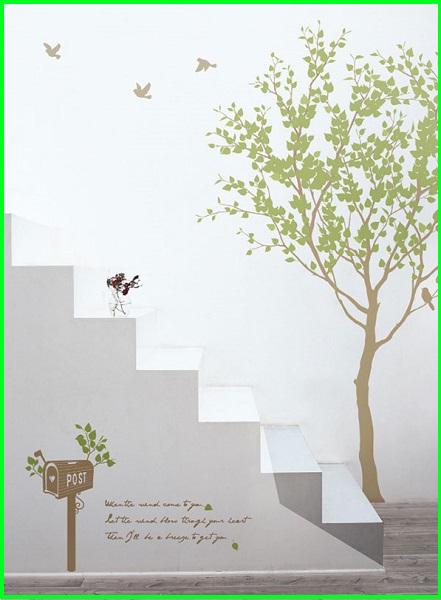 白い壁に貼る大きい木のウォールステッカー