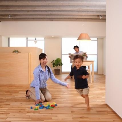 家の中を走る子供